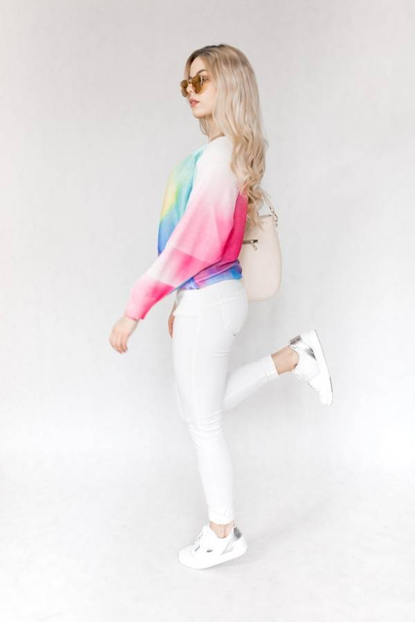 Bajecznie kolorowy cieniowany tęczowy sweter