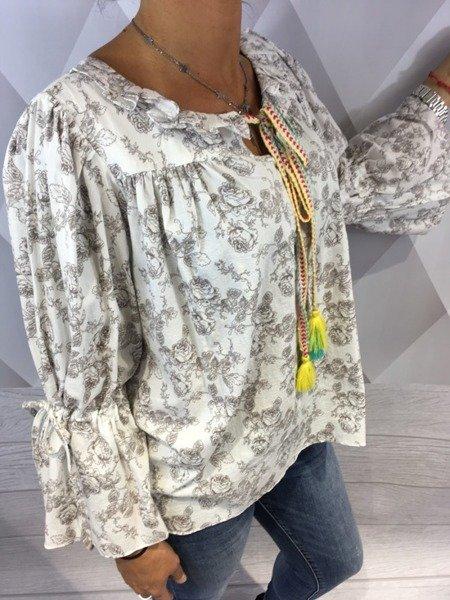 Bluzka w kwiaty z kolorowym sznurkiem.
