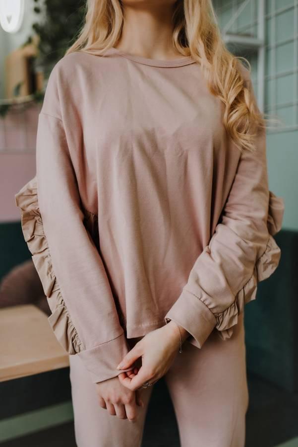 Kobieca bluza z falbanami w subtelnym różu