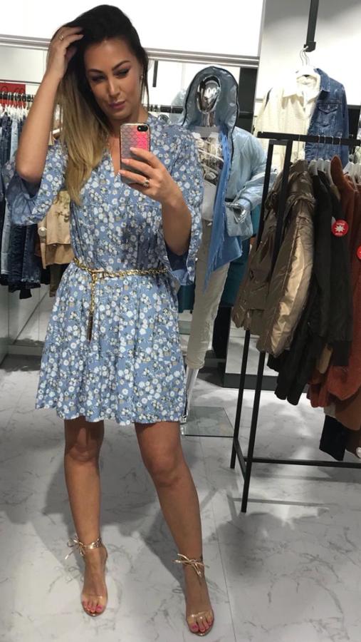 Kobieca niebieska sukienka w kwiatki
