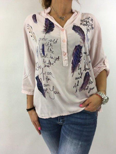 Koszula różowa w napisy i piórka.