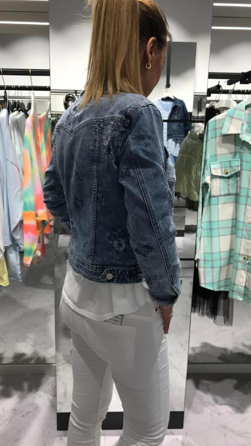 Modna kurtka jeansowa z przetarciami i kwiatami S
