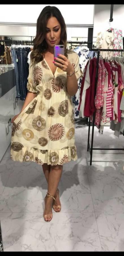 Niezwykla beżowa sukienka we wzór z falbankami