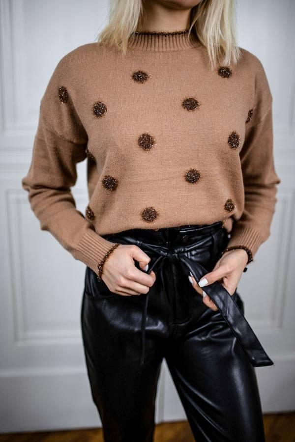 Oryginalny sweter camelowy w kropki z puszku