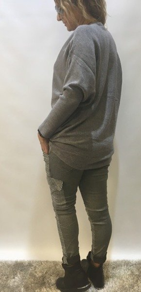 Sweter popielaty z łancuszkiem i pomponem