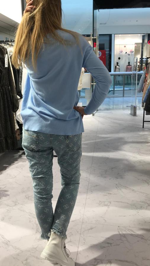 Spodnie jeansowe we wzory z poszarpaną nogawką