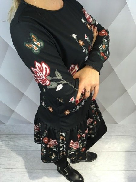 Sukienka w kwiaty w stylu folk