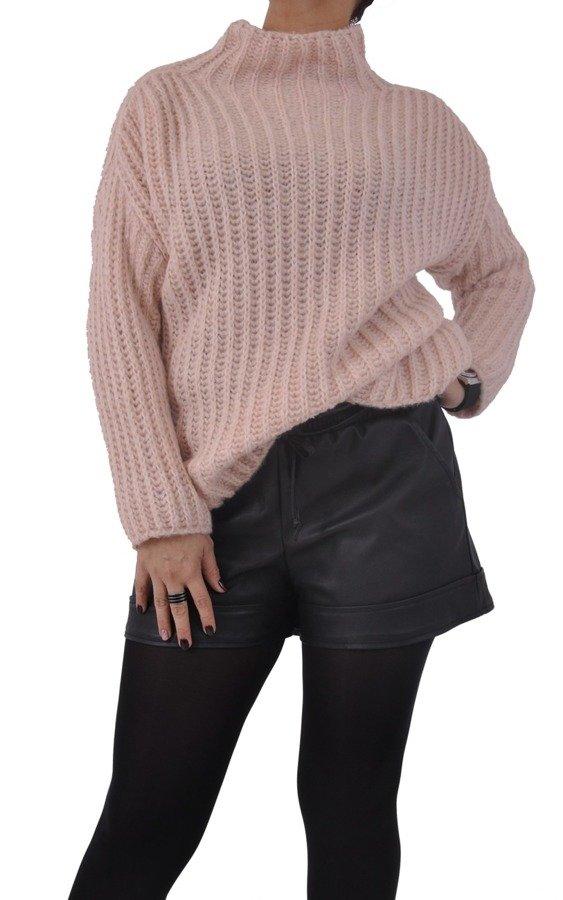 Sweter różowy pastel na stójce