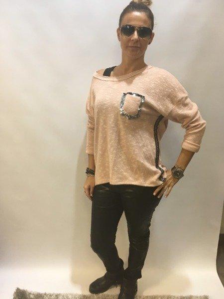 Sweter różowy z kieszonką