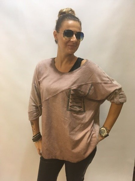 Sweter różowy z ozdobną imitacją kieszeni.