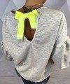 Bluza z ozdobnym napisem.