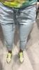 Elastyczne niebieskie spodnie z poszarpaną nogawką