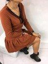 Sukienka ruda z kuleczkami przy dekolcie
